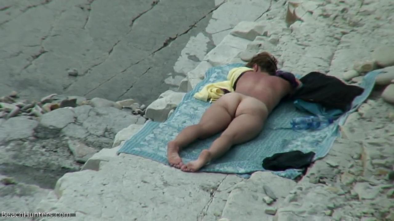 Здоровый мужик выебал молодую женщину на скалистом берегу