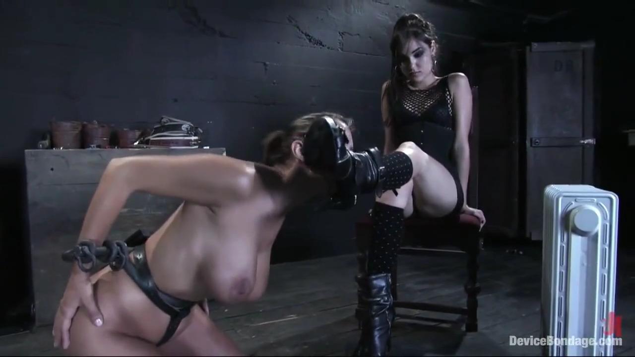 Сашка Грей оказывается любит, когда ей девки лижут ножки
