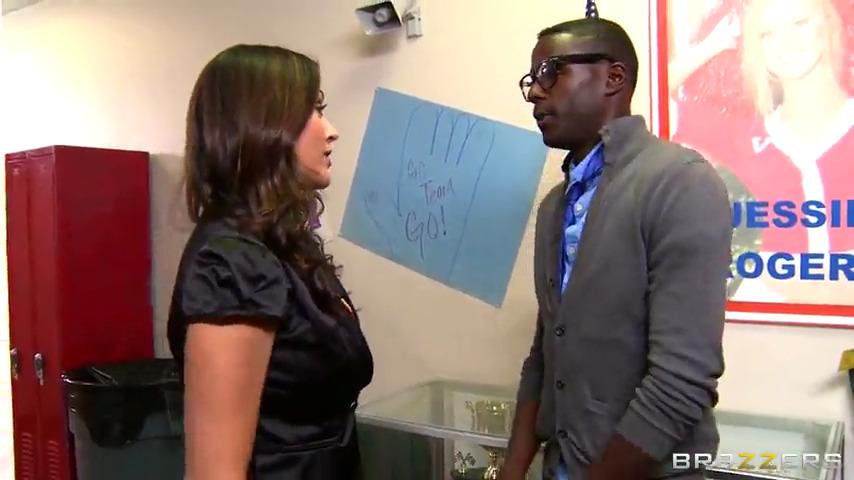 Сексапильная дама дала темнокожему студенту