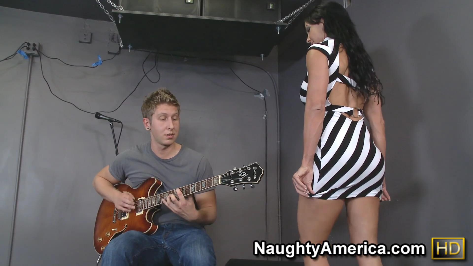 Зрелая сучка Jewels Jade чпокнулась с гитаристом в студии