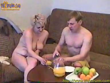 Пришел с водкой к зрелой соседке и напоив, присунул ей