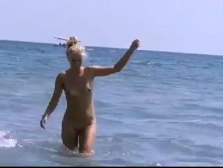 Голые женщины на диком пляже