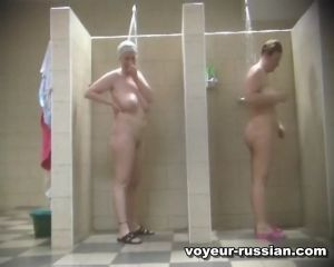 Зрелые женщины после смены принимают душ