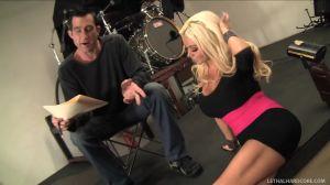 Блондинка страстно дает продюсеру