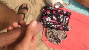 Подошел к двум загорающим на пляже телкам и дрочит перед ними