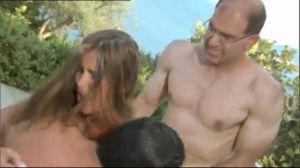 Горячая испанка Nessa Devil обслуживает двух мужчин