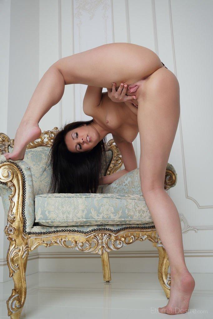 Зрелая жена демонстрирует на камеру оргазм