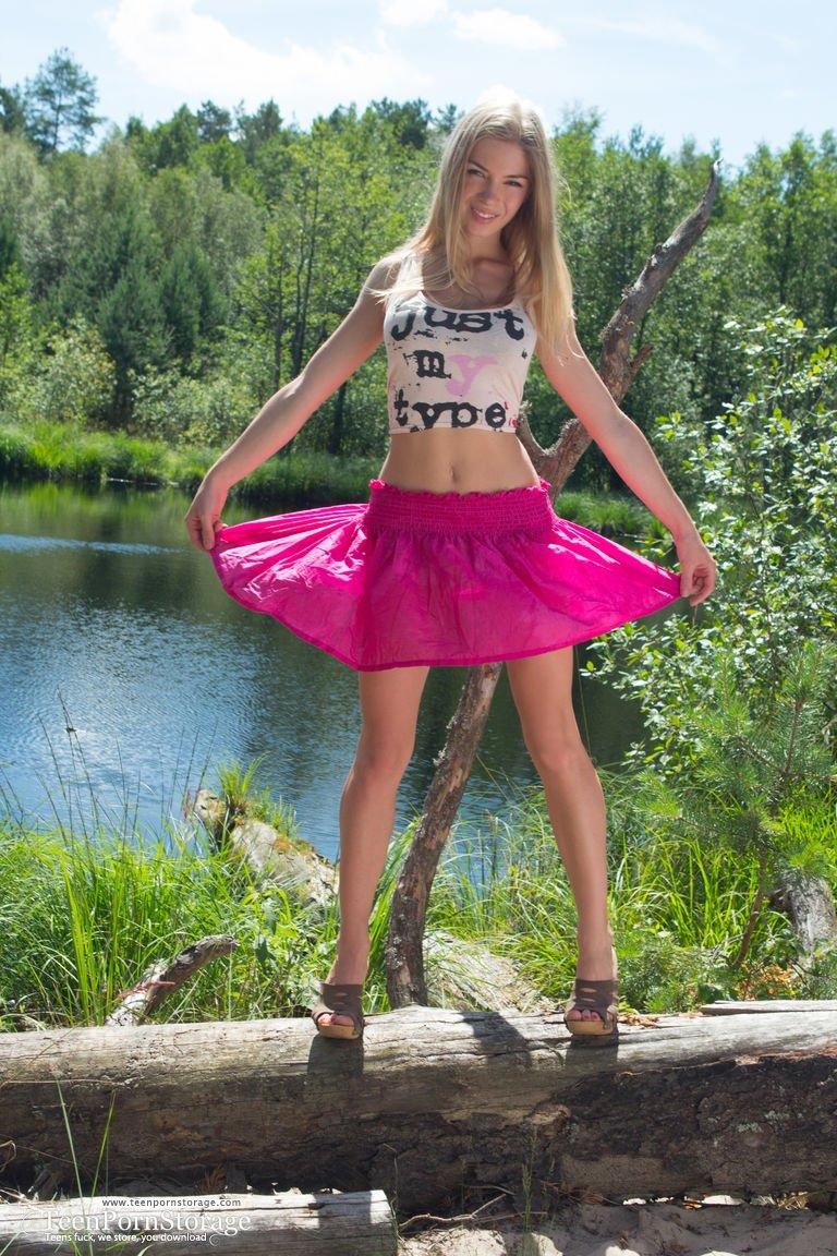 Шикарная блондинка с натуральной грудью позирует на фоне природы и поражает естественной красотой