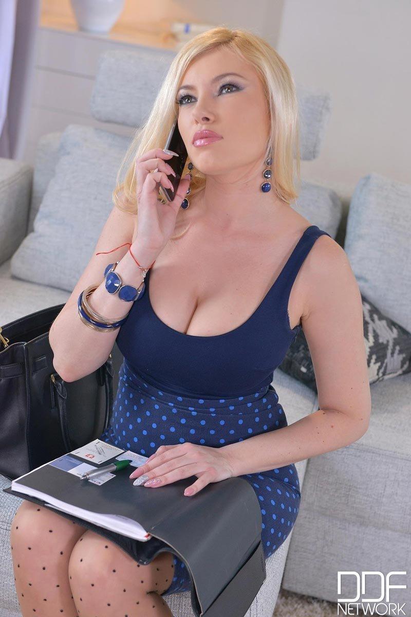 Развратная блондинка позволяет себя хорошенько оттрахать – ей очень нравится мощный секс
