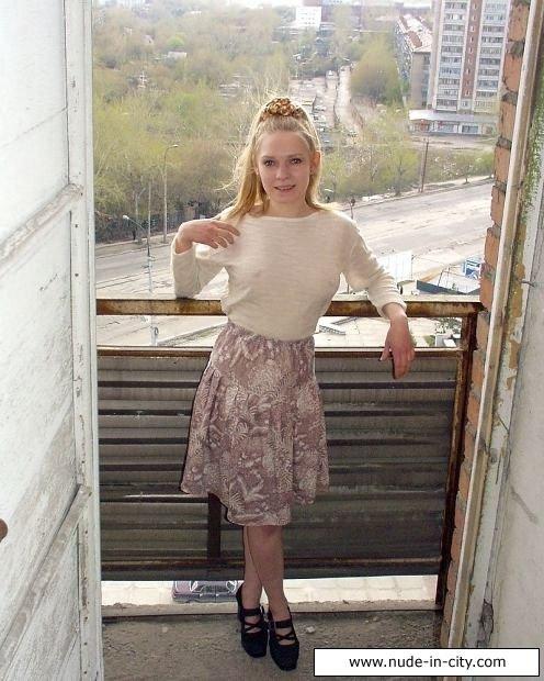 Русская блондинка с небольшой грудью курит на балконе, а после этого начинает мастурбировать, доводя себя до оргазма