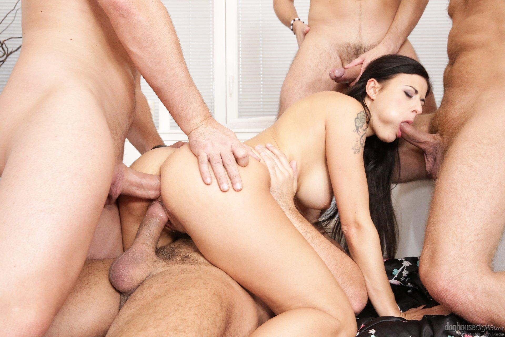 Секси красотка в групповом порно