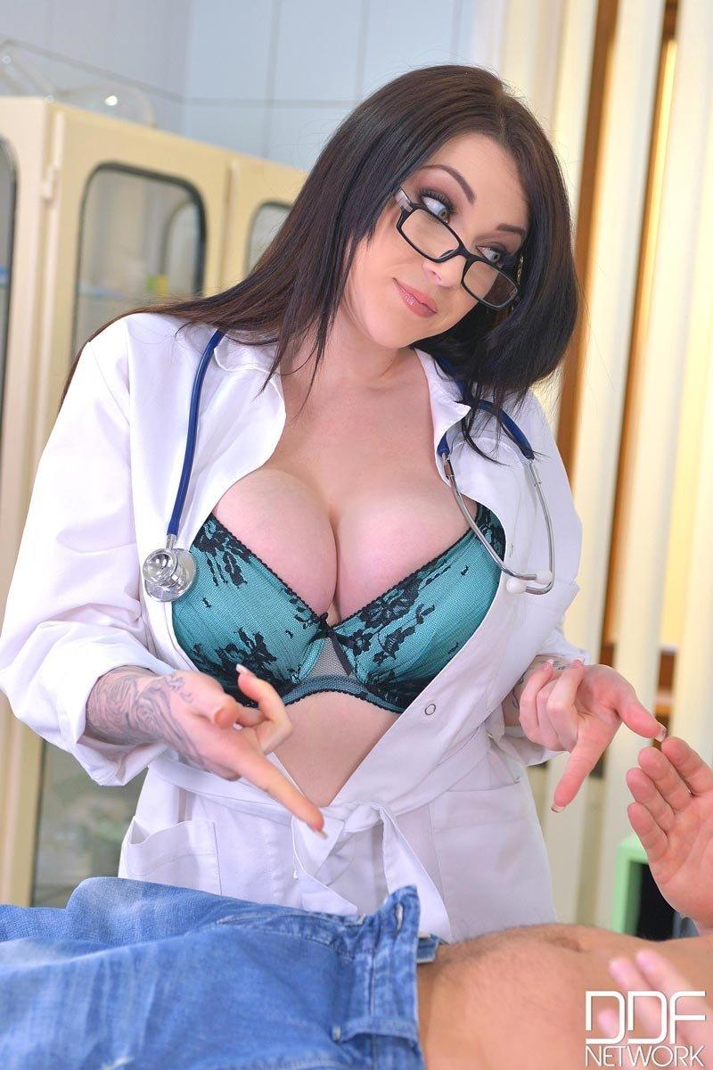 Стильная докторша в носках исполнила возбуждающее желание пациента