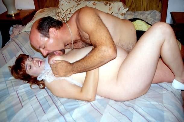 Зрелый мужик занимается оральным сексом с беременной женой с волосатой вагиной