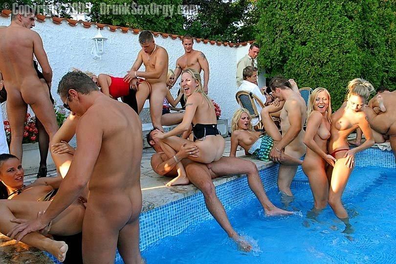Порно русская вечеринка в бассейне