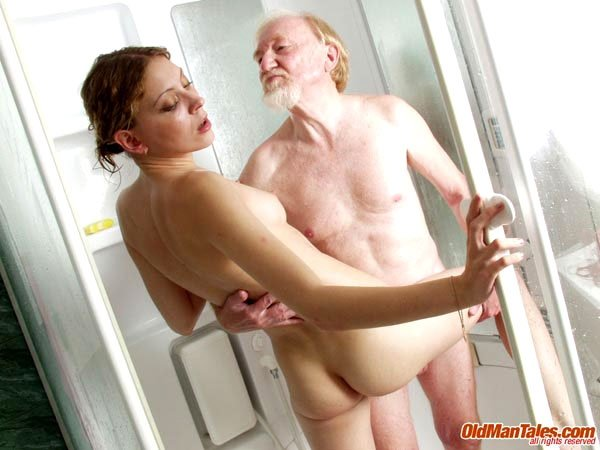 Дедушка занимается сексом в ванне
