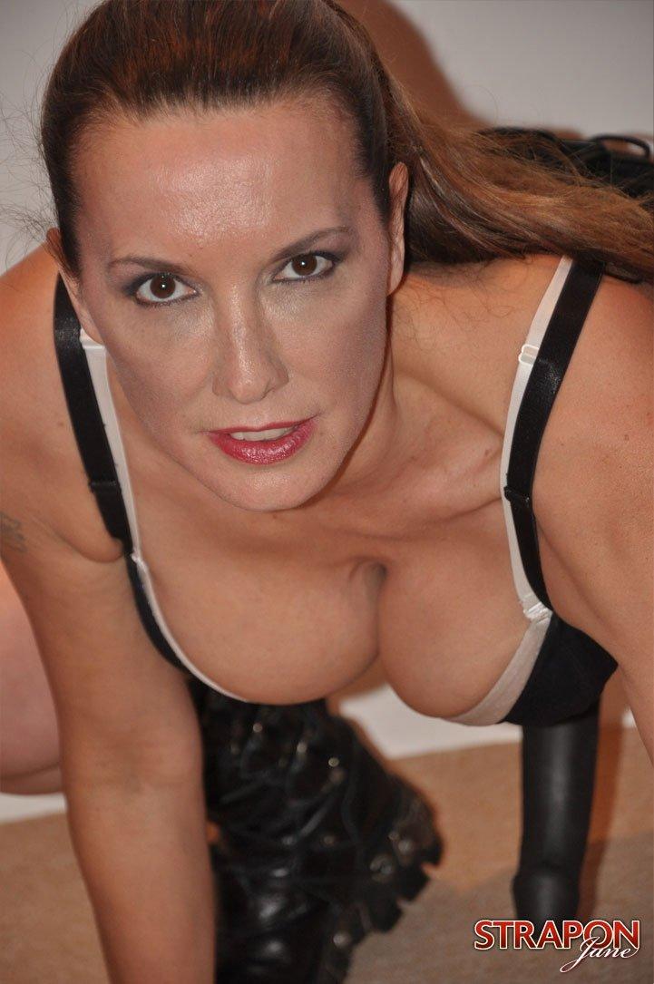 Грудастая женщина с большими сиськами и волосами на теле ...