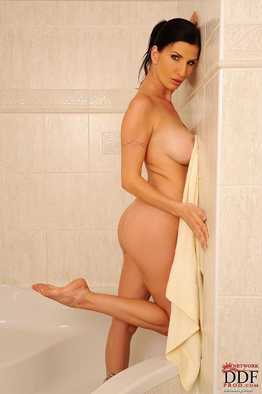 Тифани обожает свои огромные сиськи в мокрых майках, поэтому в душе она нераздета