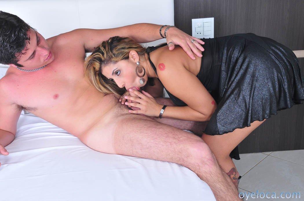Дамочка с большими буферами получает удовольствие от секса с возбужденным красавчиком
