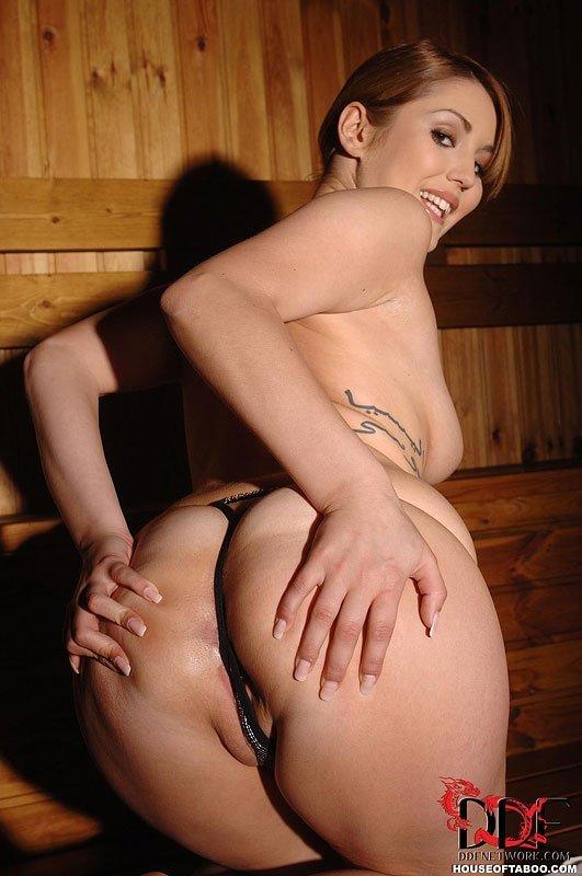 В сауне прелестная чертовка занимается вагинальным фистингом