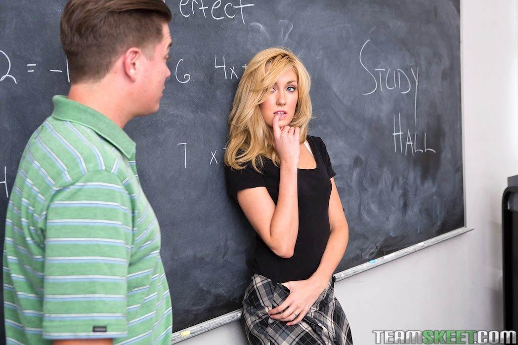 Парочка занимается сексом прямо в учебной комнате на столе и не боится быть замеченной