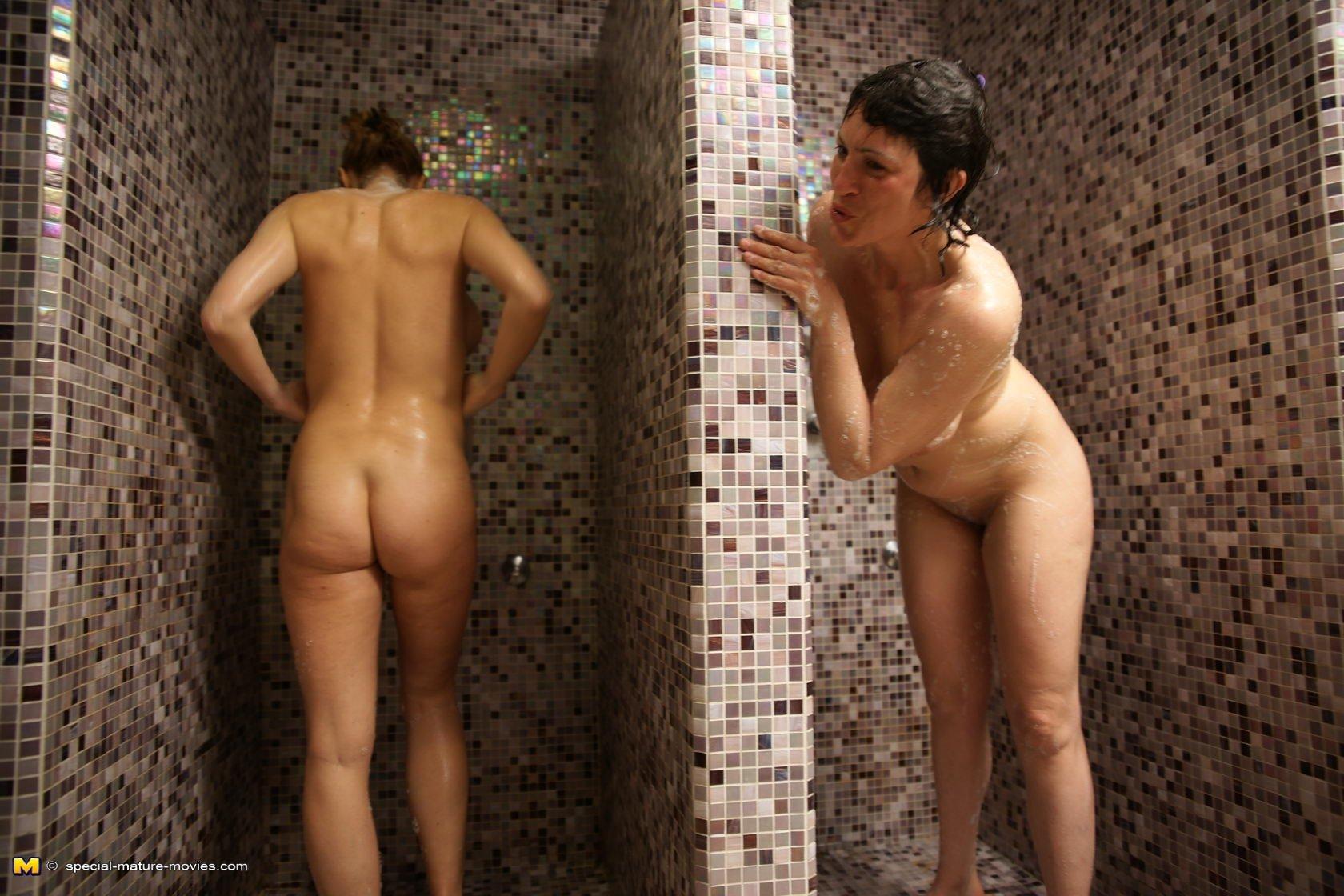 Девушкам очень нравится в сауне, ведь туда можно прийти и полностью расслабиться, сняв с себя одежду