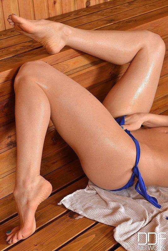 Девушка в сауне измазывается маслом и принимает разные позы, чтоб показать себя в лучшем свете