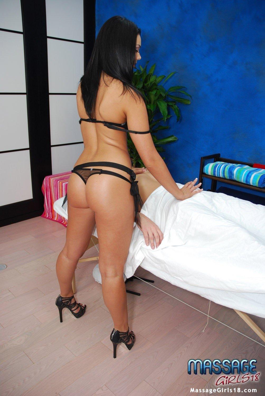 Сексуальная брюнетка в красивом нижнем белье делает массаж клиенту
