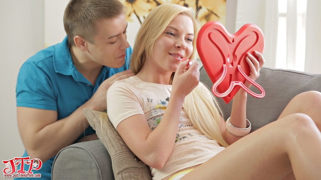 Нежный и чувствительный анальный секс с белокурой девчонкой