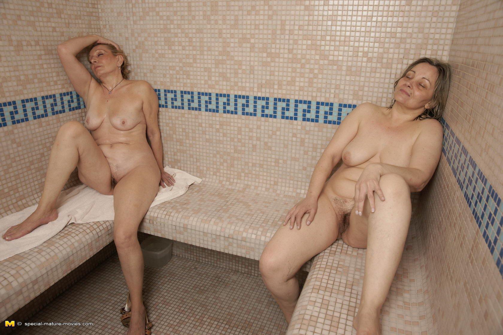 Зрелые дамочки собираются в компанию, чтобы пойти вместе в сауну и раздеться перед камерами