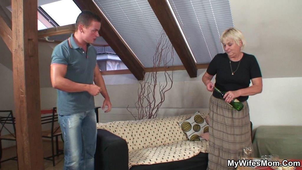 мужик разговаривает по телефону с проституткой