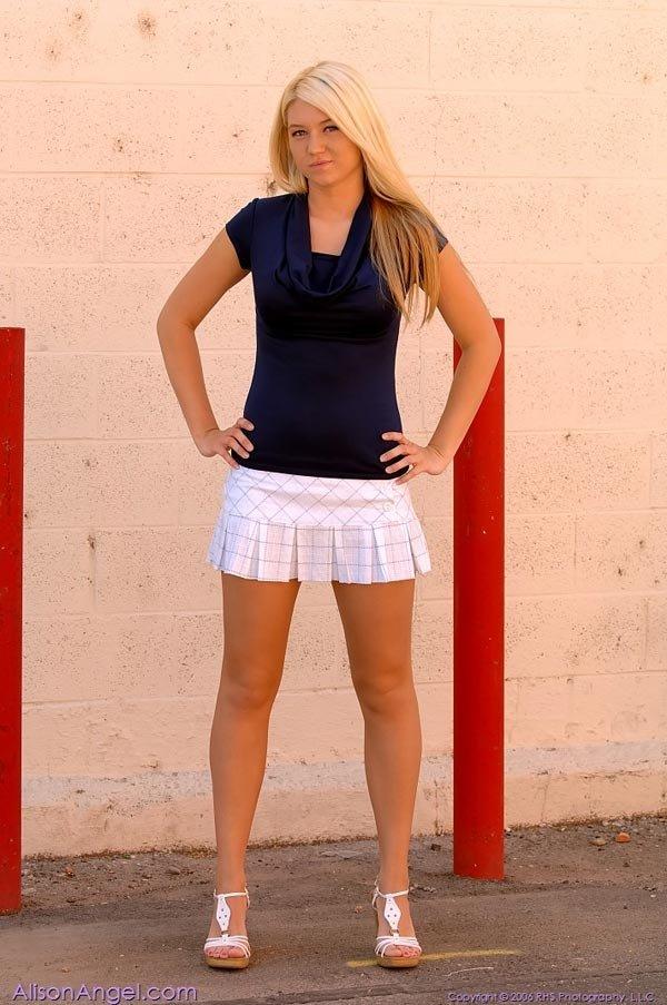 В публичном месте блондинка с большими сиськами Alison Angel разделась догола