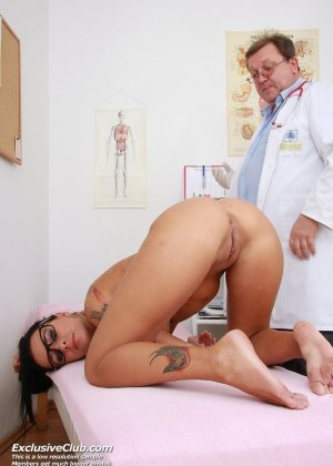 Проверенными девушка на приеме в гинеколога извращенца член пизде