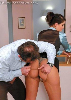 Парень трахает телку в офисе