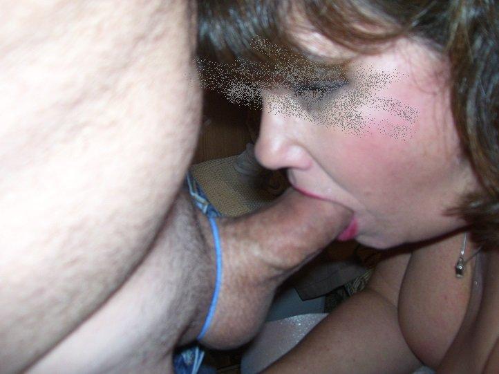 Жаркая милфа в белых чулках удовлетворяет большим и толстым пенисом