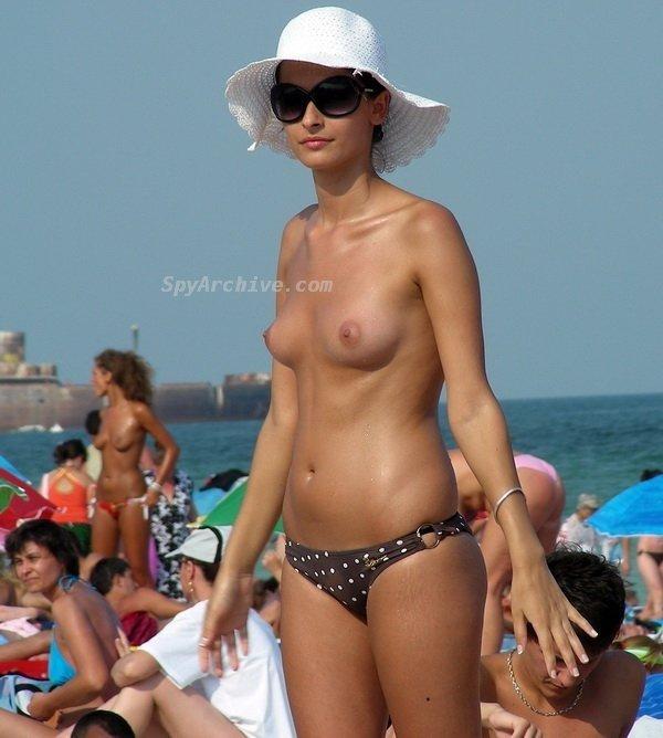 Пляжницы топлесс