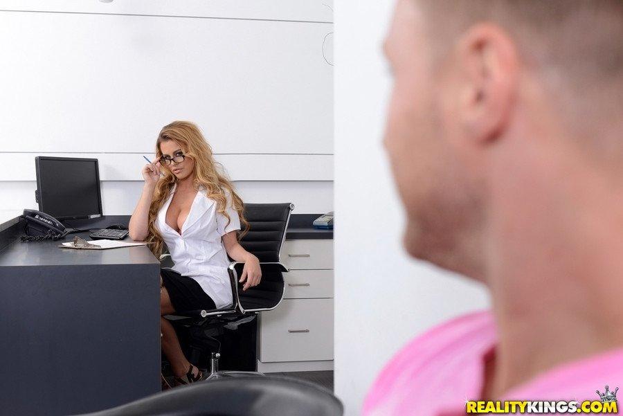 Сексапильная дама стоматолог перепихнулась с клиентом