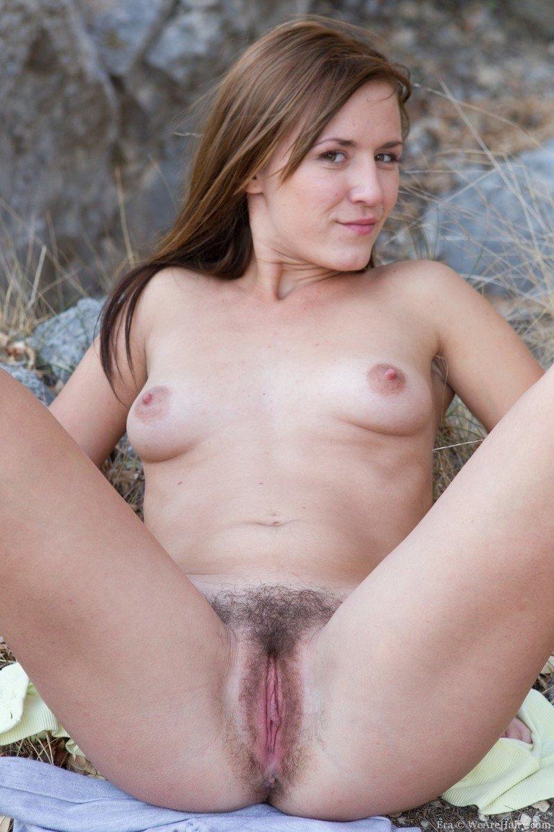 Молодые девка в лесу с волосатой пиздой