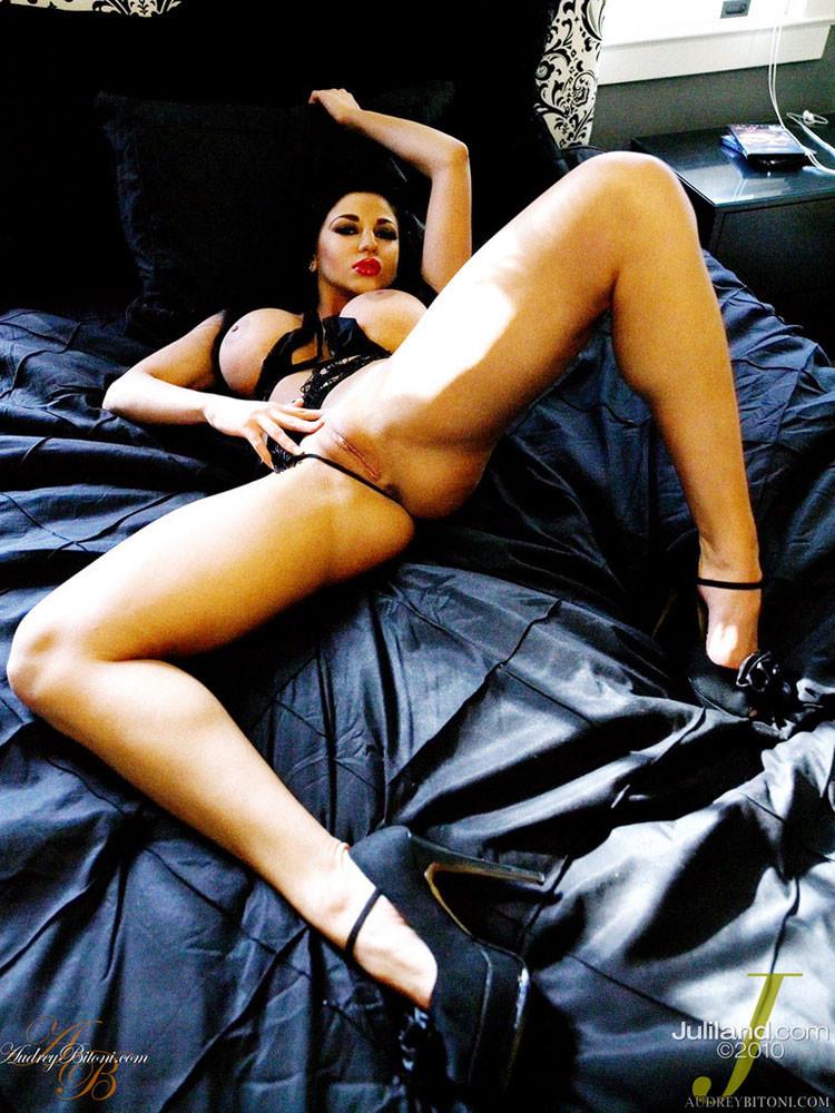 Одев прикольное нижнее белье Audrey Bitoni широко раздвигает ножки