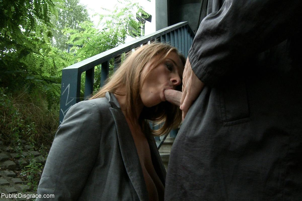 порно сосет в общественном месте фото