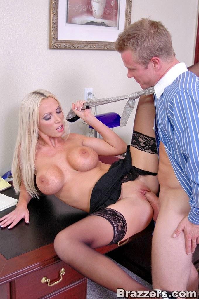 В офисе босс трахнул секретаршу