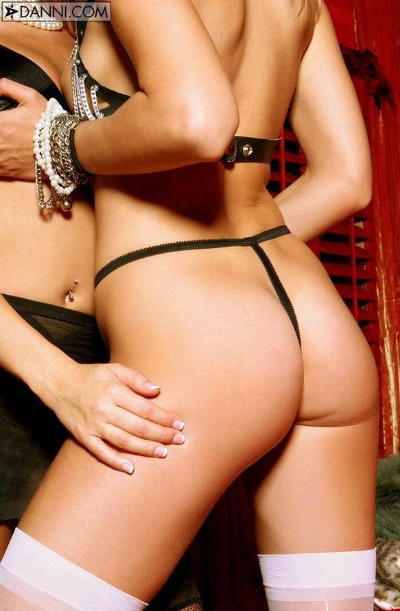 Белокурая женщина в разных позах показывает свои горячие дырочки