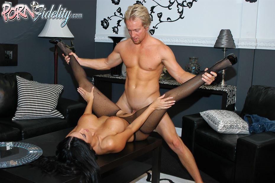 seks-na-stole-pozi-foto