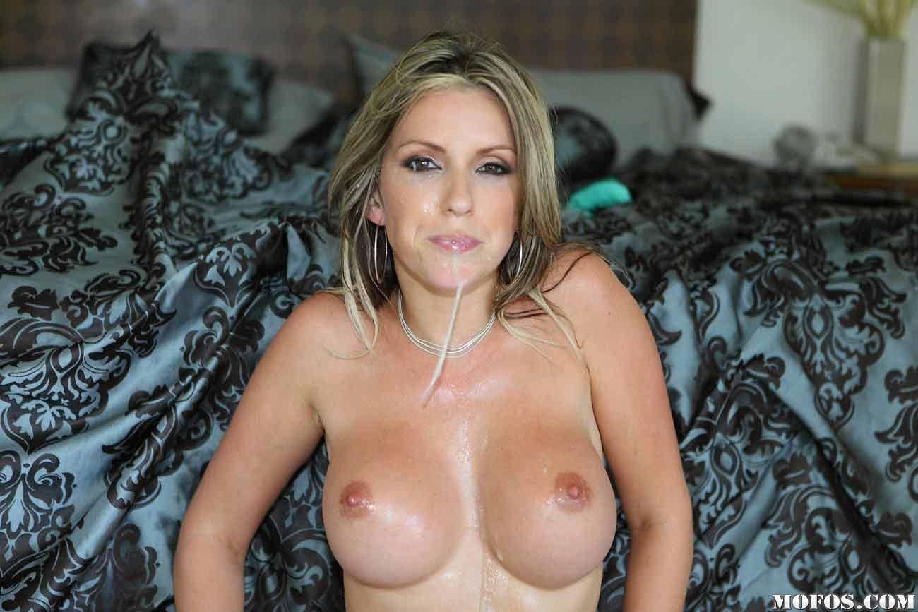 После траха с негром сперма со рта Courtney Cummz стекала на ее сиськи
