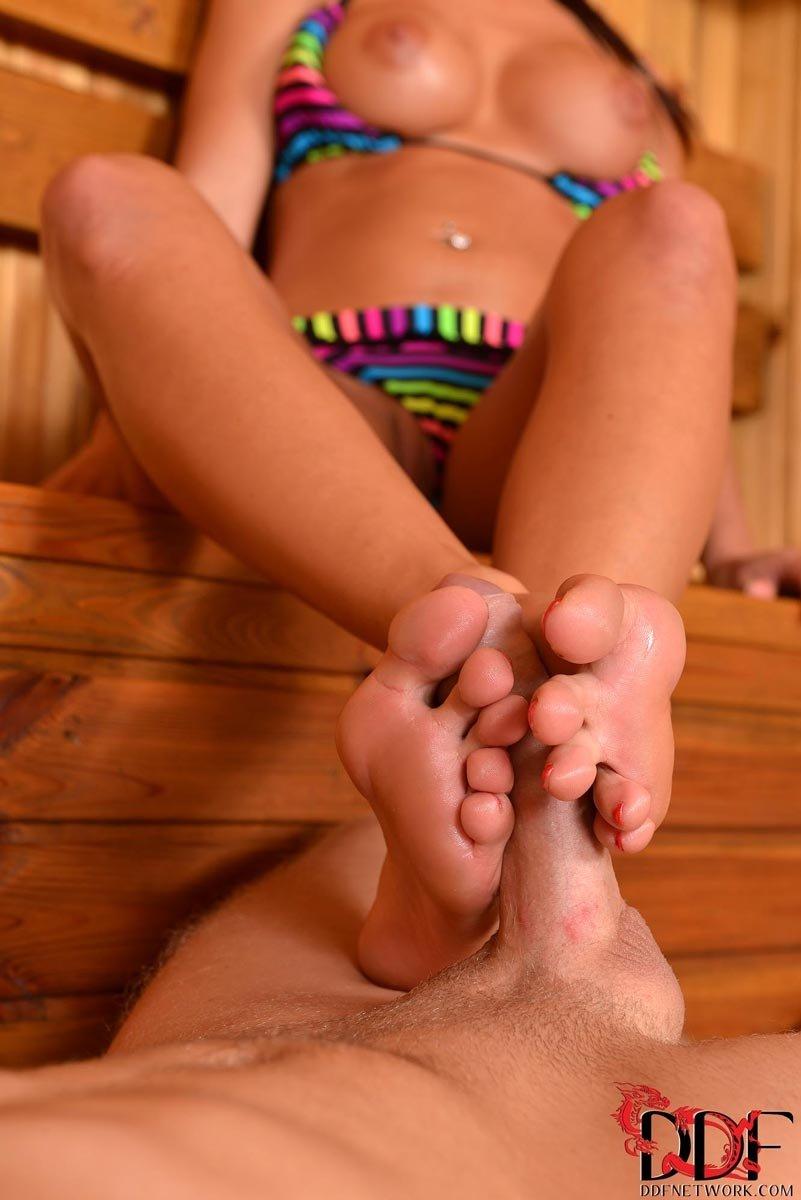 Секс в сауне с красивой длинноногой шалавой