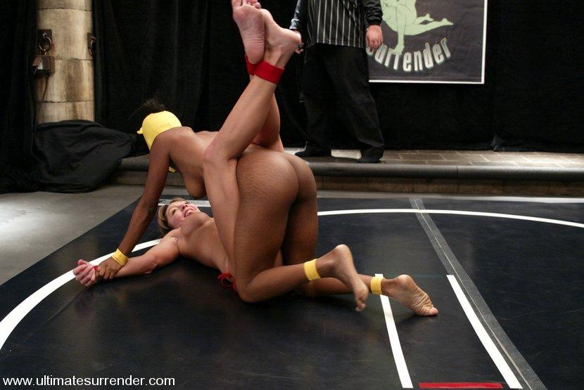 Голая борьба на ринге