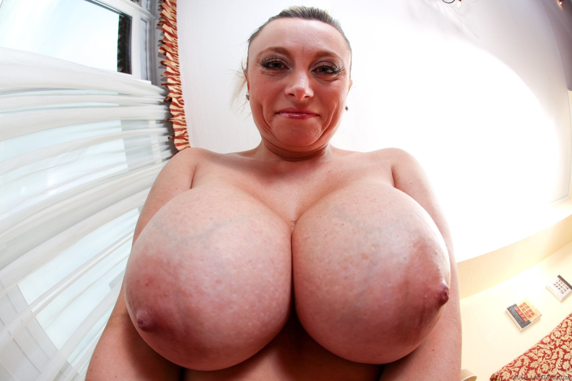 porno-aktrisi-s-bolshimi-naturalnimi-grudyami