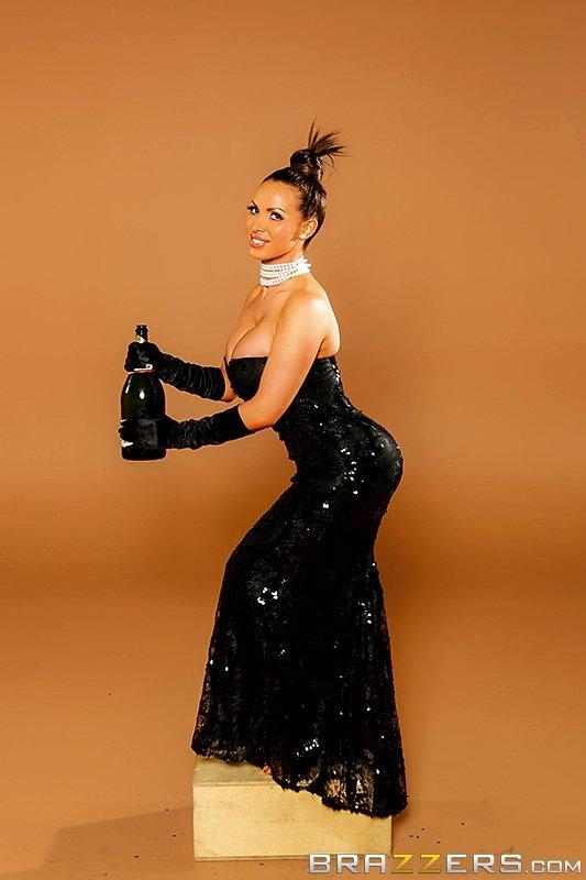 Фото одной сиськи в вечернем платье порно
