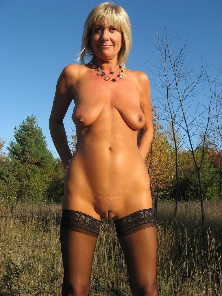 Зрелая блондинка с большой, свисающей грудью