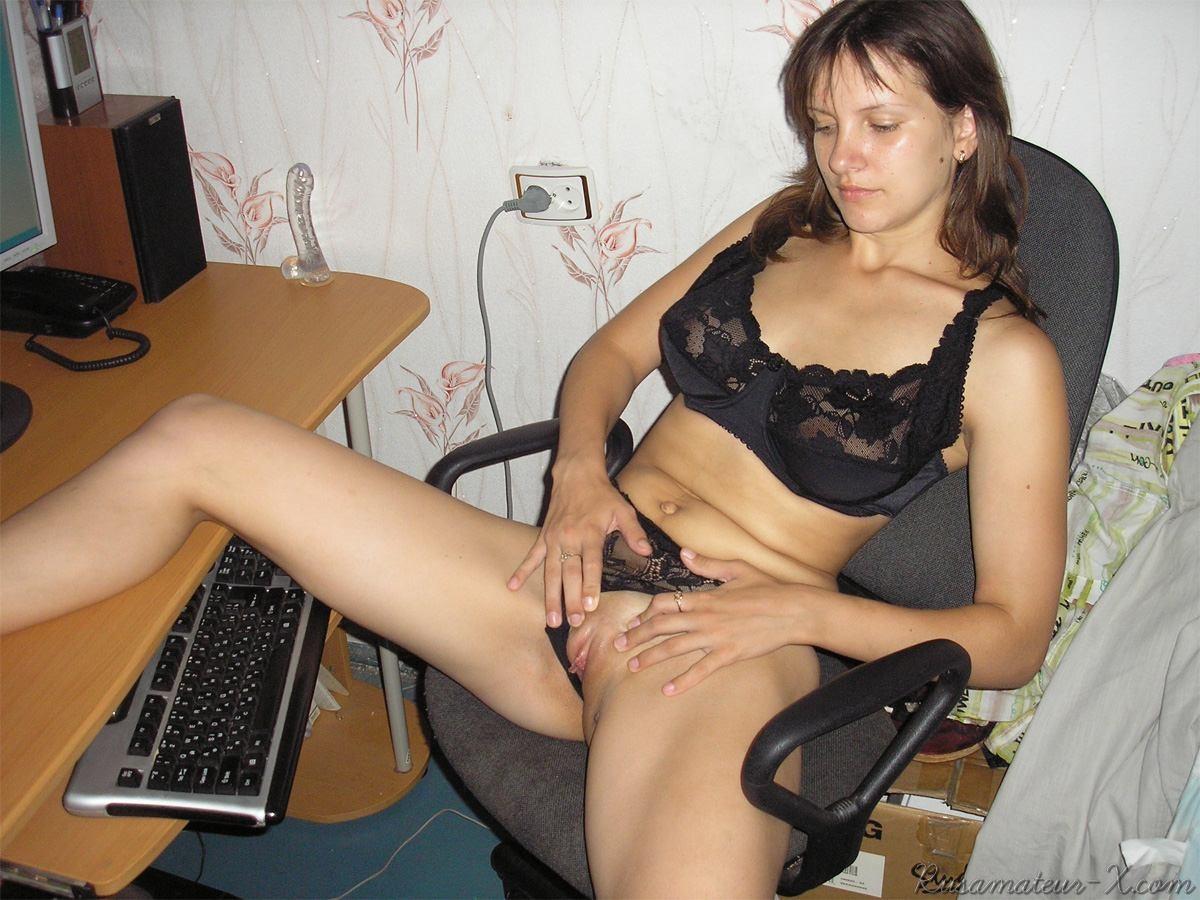 devushka-masturbiruet-pered-vebkameroy