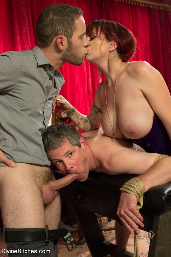 Проститутка заставляет мужа би бслуживать он